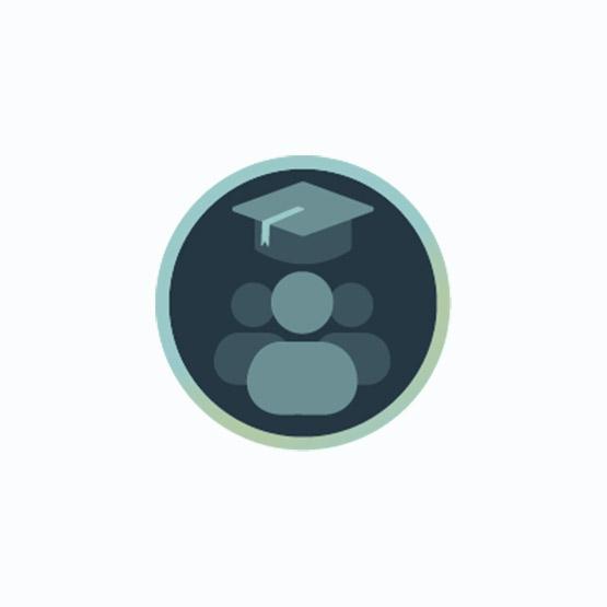 Icon mit Absolventen-Kappe und Zuschauer-Gruppe zur Darstellung von Online-Marketing-Workshops
